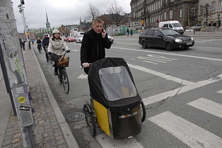 safe and sound: COPENHAGEN DENMARK-Danish trafic minister wants Bikebox for bycyclest to ride bike safe and sound through city idea came from Netherlands land of bikes riders         25 Marchi 2014