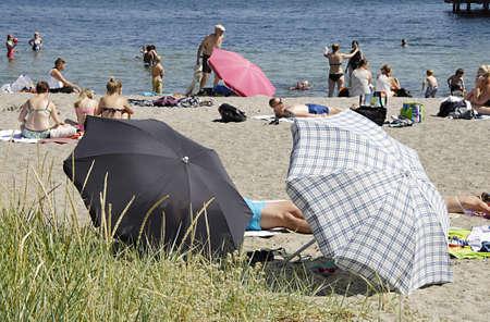 bathers: KASTRUP  COPENHAGEN  DANIMARCA sole bagnanti e nuotatori e vita da spiaggia a Amage Strand Parco oggi sul 6 lug 2014