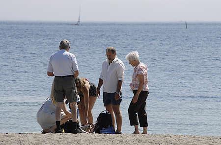 bathers: KASTRUP  COPENHAGEN  DANIMARCA bagnanti sole e nuotatori e vita da spiaggia a Amage Strand Parco oggi su 6 Luglio 2014