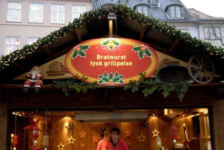 comida alemana: Mercado COPENHAGUE  DENMARK_ Navidad en hojbroplads detr�s de la sede del Parlamento dan�s Christiansborg bebidas comida y el vino y el vino chrstmas alem�n 14 de noviembre 2014 Editorial