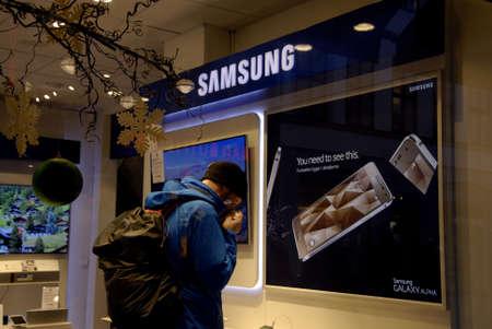 samsung: COPENHAGENDENMARK_Consumers in samsung center in hi fi store            17 November  2014