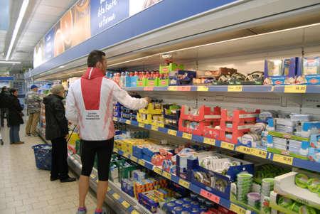 comida alemana: COPENHAGUE  DENMARK_ consumidores daneses en alem�n mercado de alimentos de la cadena Lidl en danes Kastrup como sabor comida alemana 18 de noviembre 2014