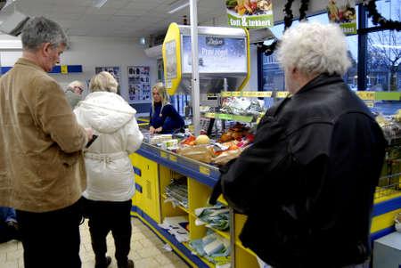 comida alemana: COPENHAGUE  DENMARK_ consumidores daneses en alem�n mercado de alimentos de la cadena Lidl en Kastrup daneses como sabor de la comida alemana 18 de noviembre 2014