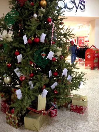 macys: Lewiston. Stato Idaho. Albero di Natale decorato di USA _Macy con i vari elementi della decorazione di natale visualizzare in vendita di Natale al centro commerciale Lewistn centrale 16 dicembre 2014. Editoriali