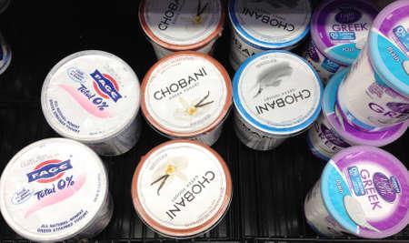 family mart: Clarkston. Stato di Washington. USA _Chobani yogurt vende con il nome greco e proprio da immigrato turco famiglia Hamdi Ulukya e vende in negozio Wal mart 17 dicembre 2014. hoto da Francis Joseph Dean  Deanpictures)