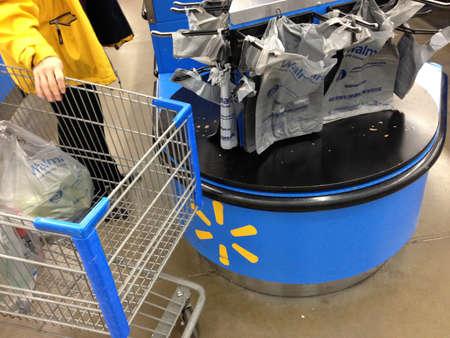 walmart: Clarkston. El estado de Washington. Compras en Wal mart USA_Consumers Walmart est� abierta las 24 horas 17 diciembre de 2014. Editorial