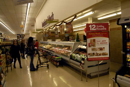 food state: Clarkston. Washington state. USA_Many american doing last mintues shopping grocery on christmas eve at Albertson food store                24 December   2014.