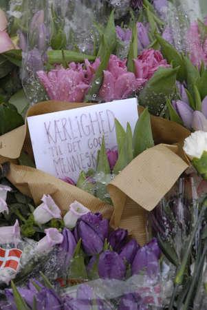 atacaba: COPENHAGUE  DINAMARCA. 24 de febrero 2015-Memorial de finales de Finn Norgaard quien muri� en terrorest atac� Krudttonder cultura del caf� en Osterbro la noche del domingo durante la reuni�n de debate con cartoonest sueco aqu� son varios mensajes con flores incluyendo Dan