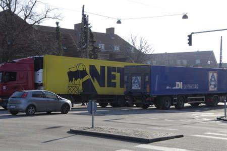 comida alemana: COPENHAGUE  DINAMARCA. 26 de febrero 2015 - camiones de reparto Aldi danesa cadena alimentaria netto y la cadena alimentaria alemana