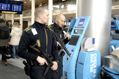 atacaba: Kastrup.Copenhagen.Denamrk _Danish repsents polic�a camisetas aeropuerto interntional Copenhague Kastrup despu�s de la terrorest atacado en Copenhague Dinamarca hace dos semanas 03 de marzo 2015