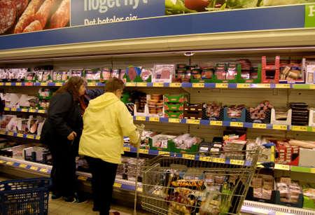 comida alemana: Compras Copenhague  Denamrk _11 de mayo 2015_ Consumeer en alem�n tienda de la cadena alimentaria Lidl en Copenhague Editorial