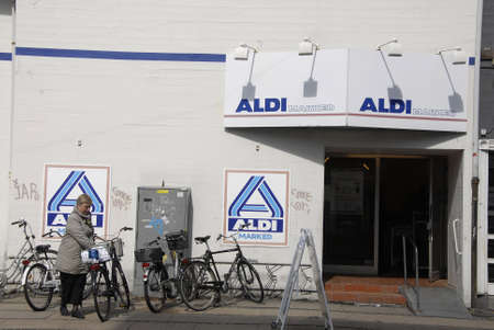 francis dean: Copenhagen Denamrk _19 May 2015_  Shoppers at german chain food market Aldi