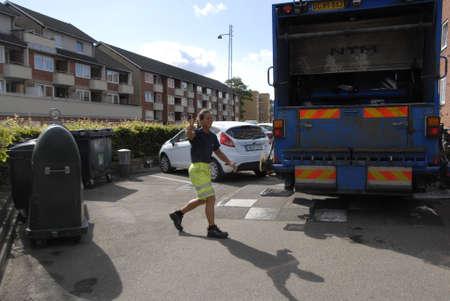 recolector de basura: Kastrup.Copenhagen.Denmark 08 de julio 2015 _Female trabaja en colector de residuos Editorial