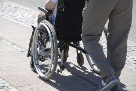 councils: Kastrup.Copenhagen.Denmark 11 luglio 2015 Preziosi anziani danesi si ottiene l'aiuto di consigli per Walker e sedie a rotelle a fare uso quotidiano persoanl