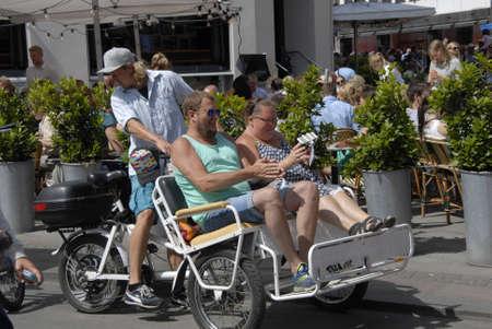 rikscha: Kopenhagen  D�nemark  17. Juli 2015_Tourists entdecken Kopenhagen mit der Rikscha transportaion