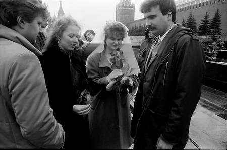 newly married couple: COPENHAGENDENMARK. (File images 1988 _Moscow,Russia )      Newly married couple with friends and pay respect at solider grave soldier memorila in red square in Moscow