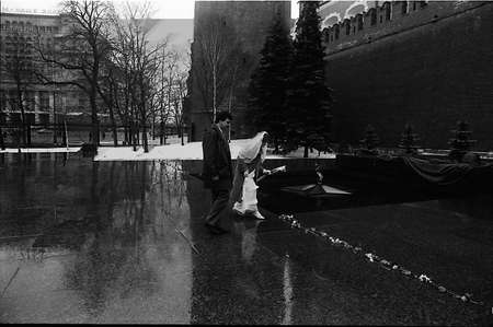 solider: COPENHAGENDENMARK. (File images 1988 _Moscow,Russia )      Newly married couple with friends and pay respect at solider grave soldier memorila in red square in Moscow