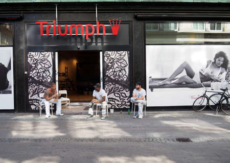 pause repas: CopenhagenDenmark 22 August  2015_Consctructor workers taking lunch break infront of Triumph store on strogoet �ditoriale