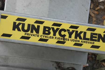 11 september: Copenhague  Dinamarca  11 de septiembre de 2015_ bicicleta el�ctrica de la ciudad de travlers estacionados en parte mary o ciudades Editorial