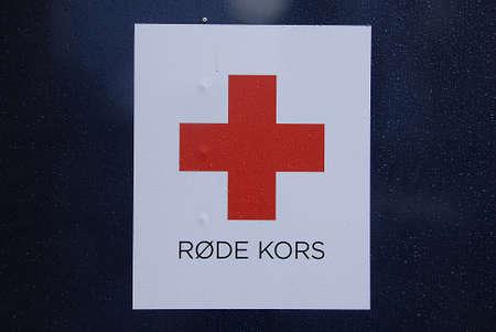 cruz roja: Kastrup.Copenhagen.Denmark 20 de septiembre 2015 _Red cruzar oldcloths conatiners donación