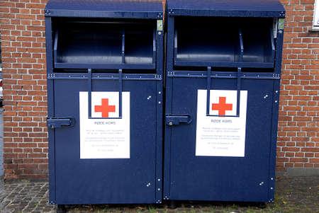 cruz roja: Kastrup.Copenhagen.Denmark 20 de septiembre 2015 _Red cruzar oldcloths conatiners donaci�n