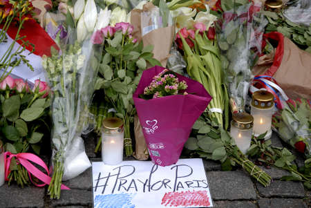 atacaba: CopenhagenDenmark _ 15th November  2015 _French flag at half mast at french Embassy in Copenhagen and Danish police presentspeople laying lofwers vigils and messages in various language at Frenc Embass in Copenhagen  due tp Paris Terrorist attacked  Fra Editorial