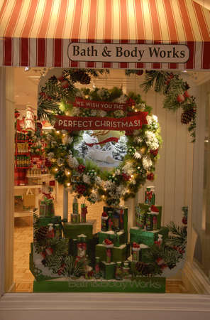 lewiston: Lewiston Idaho USA_ 09 December  2015 _ Christmas window decoration for sale at bath and body works