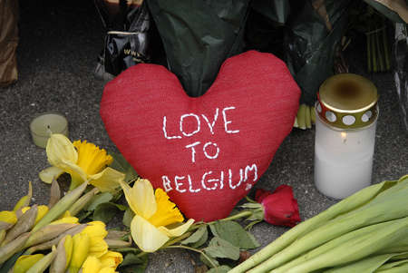 belgien: CopenhagenDenmark _ 23 March  2016_ People pay tribute to Brussels terrorist attacked victims leave condolence and  messages and notes and flowers  at Belgien Embassy in Copenhagen Denmark