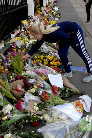 belgien: CopenhagenDenmark _ 24 March  2016_ People pay tribute to Brussels terrorist attacked victims leave condolence and  messages and notes and flowers  at Belgien Embassy in Copenhagen Denmark Editorial