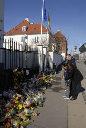 belgien: CopenhagenDenmark _ 26 March  2016_People pay tribute to Brussel terror victims laying flowers at Belgien Embassy in Copenhagen Denmark