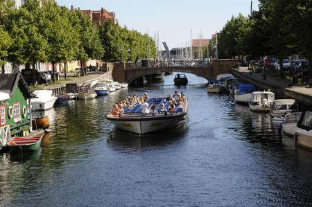 danmark: Copenhagen_Denmark_  21 July 2016-  Tourism on christianshavn canal ,life boat and travelers