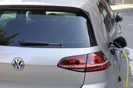 bil: 31 August  2016-  Electric  VW Volkswegan  parked at recharge booth    in Copenhagen  Denmark