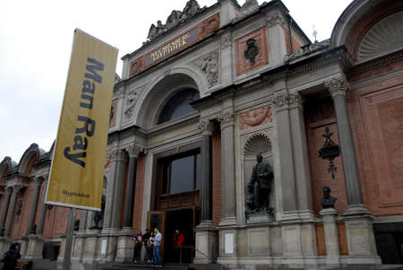 carlsberg: COPENHAGENDENMARK.   13the September 2015 _People standing line in Glyptotek museum to see May Ray exhintion Editorial