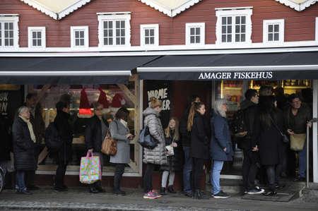 file d attente: Copenhague  Denmark_ 23Th.December 2016 - Code acheteurs de Noël ligne en attente Amager Fiskehus _Amager de fishhouse_to et d'autres types de poissons pour le dîner de Noël pour le réveillon de Noël Éditoriale