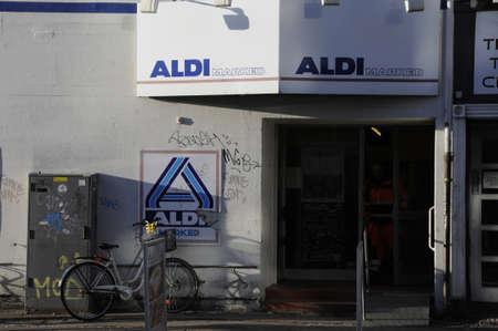 comida alemana: Copenhague  Denmark_ 27..December 2016 - cadena de comida alemana Aldi mercado de FOD.