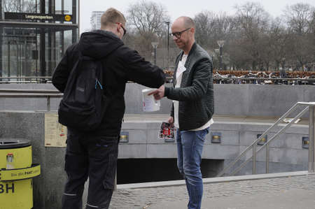 Copenhagen  Denamrk 02 .April  2017 - Danish cancer fight, People valunteer collect money for Danish cancer fight donation day and people donate what ever amount they would like to donate for danish cancer collection day for cancer research  center in D 新聞圖片