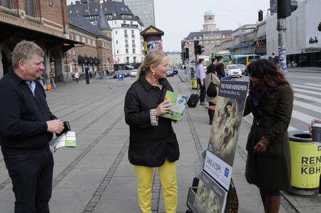 Copenhaga / Dinamarca - 17 de maio de 2017. Jeová testemunhar fé peolpe infron dinamarquês estação de trem. Foto de archivo - 78300662