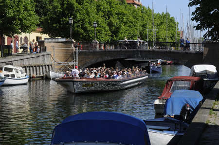 コペンハーゲンDenmark - 27。2017 年 5 月。外国人観光客は、cruiseships とバスと copenhagn の港とチャネル クリスチャンハウン運河と見極める手段で小さ