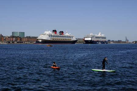 コペンハーゲンDenmark - 27。2017 年 5 月。外国人観光客が cruiseships でもアメリカやヨーロッパ諸国を形成し、copenhagn の港とチャネル クリスチャンハ 報道画像