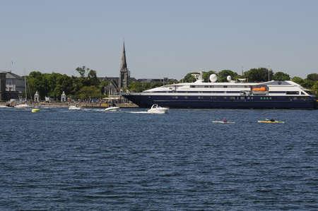 コペンハーゲンDenmark - 27。5月2017。外国人観光客は、cruiseships とバスと copenhagn の港とチャネル クリスチャンハウン運河と見極める手段で小さなボ