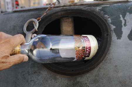 코펜하겐  덴마크 - 22. 유리 재활용 용기에 emohty 와인 bottole을 떨어 뜨리는 2017.man