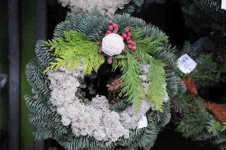 Kastrup / Copenhague / Dinamarca - 26 de octubre de 2017. Las decoraciones navideñas están listas para comprar en las tiendas de comestibles danesas. Foto de archivo - 88616110