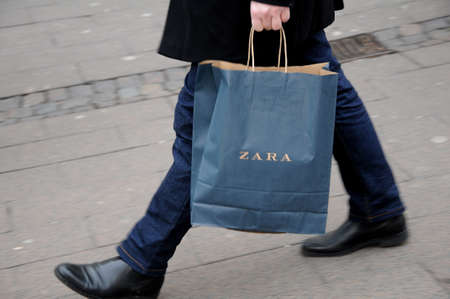 코펜하겐  덴마크 - 31. 2017 년 10 월. Zara 체인점 스토어 및 소비자 용 자라 쇼핑백. 에디토리얼
