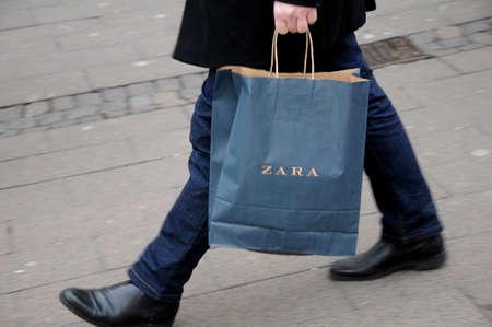 Kopenhagen  Denemarken - 31. oktober 2017. Zara-winkelketen op storget en consumenten met zara-boodschappentassen.