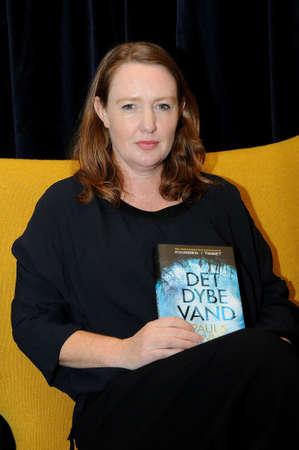コペンハーゲンDenmark-12 11 月 2017. ポーラ・ホーキンスはジンバブエで生まれたイギリスの作家で、著書を水の中に「trandlated デンマーク語 (det dybe ・