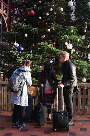Copenhagen/Denmark 09. December 2018._Copenhagen's mrain starn statio is decorated with big tall christmas tree christma sis decoaretd with danish tradtons  visior and trael enjoy look of danish tradtional chrstmas real gree tre e danish capital. Banque d'images - 114788524