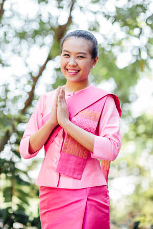 歓迎式で美しいアジアの女性