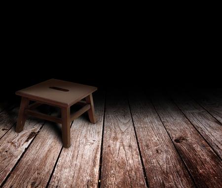 silla de madera: cl�sica silla de madera en el cuarto oscuro