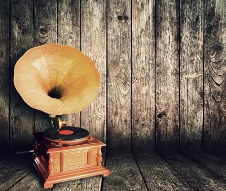 Lecteur de cd vintage vieux en salle en bois  Banque d'images
