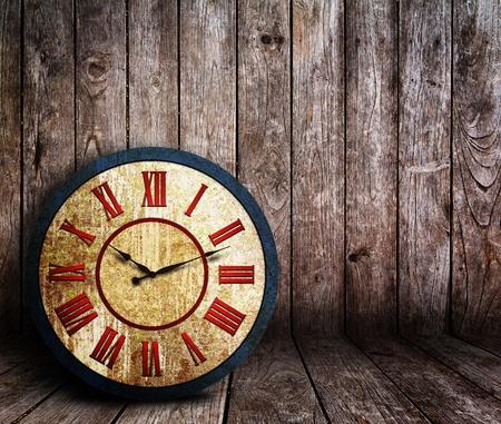 reloj de pared: Antiguo reloj oxidado grunge en la habitaci�n de madera